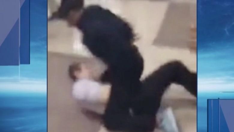 بالفيديو: طالبة تعتدي على أستاذها وتسبب له ارتجاجا في المخ