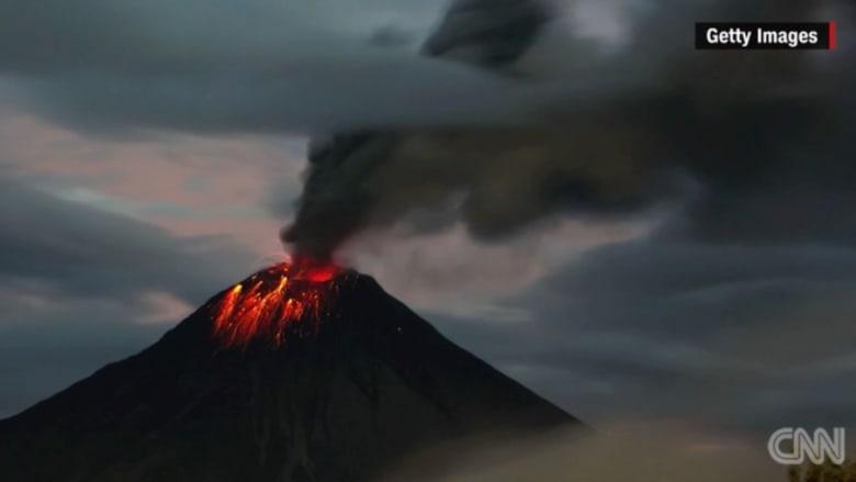 """بالفيديو: """"حلق النار"""" يثور ويقذف الحمم في الاكوادور"""