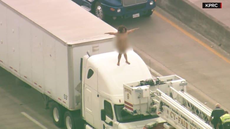شاهد.. سيدة عارية على ظهر شاحنة تتسبب بإغلاق تام لطريق سريع في هيوستن