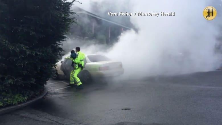 بالفيديو: لحظة اشتعال سيارة بداخلها أطفال.. شاهد ماذا فعل هذا الضابط!
