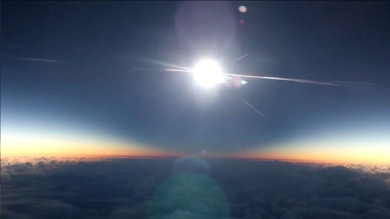 بالفيديو: ركاب طائرة يتفاجئون بكسوف كلي للشمس.. شاهد اللحظة النادرة!