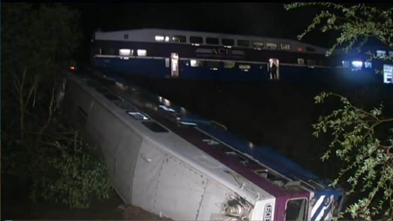 شاهد.. قطار يخرج عن مساره ويسقط في نهر بكاليفورنيا