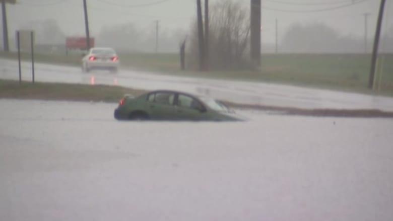 سيدة تنزلق بسيارتها وتغمرها مياه الأمطار والفيضان.. شاهد ماذا حدث!