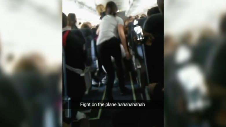 شاهد.. عراك عنيف بين ركاب طائرة على ارتفاع آلاف الأقدام