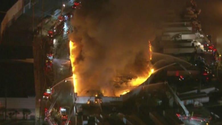 بالفيديو: حريق هائل في لوس أنجلوس وأكثر من 100 رجل إطفاء يحاولون السيطرة عليه