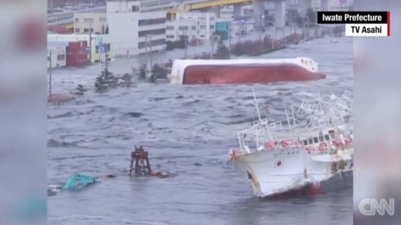 شاهد.. اللحظات الأولى لتسونامي اليابان وصرخات الرعب في الذكرى الخامسة للكارثة