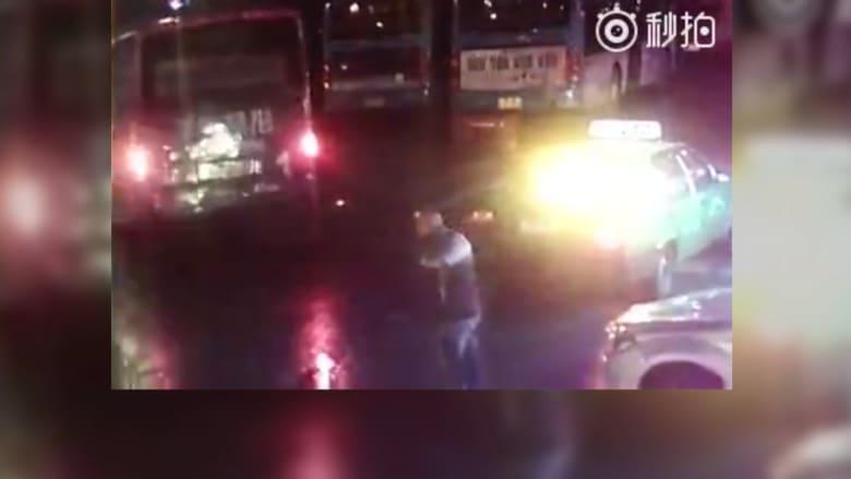 """شاهد لحظة اختفاء حافلة بالكامل من الطريق.. """"حفرة جحيم"""" تبتلعها دون سابق إنذار"""