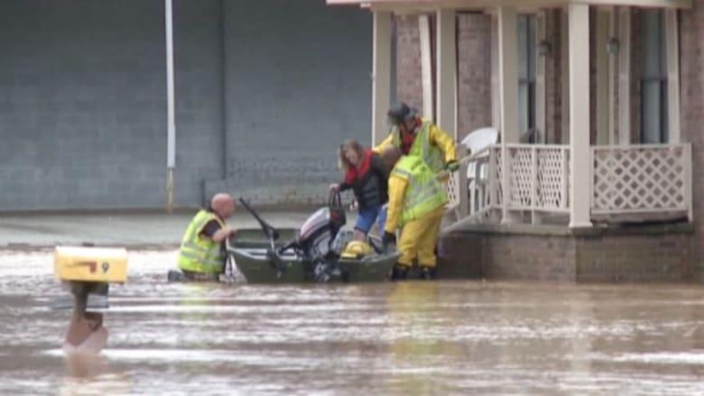 بالفيديو: أمطار وفيضانات تضرب 6 ولايات أمريكية.. السيارات تغمرها المياه والشرطة تتنقل بالقوارب