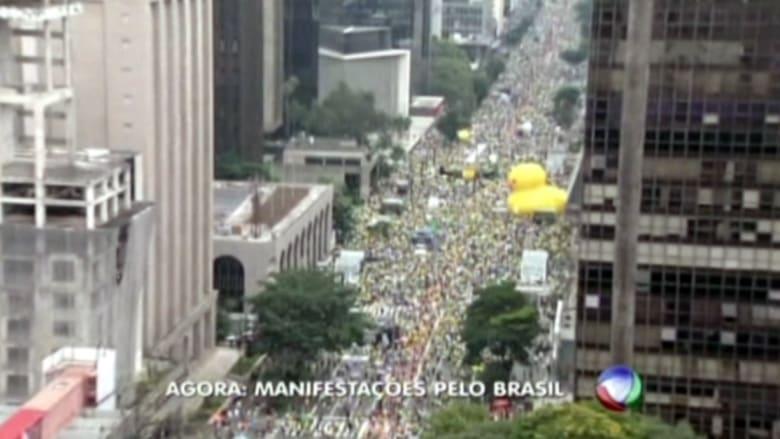بالفيديو: مئات الآلاف من البرازيليين يطالبون برحيل رئيسة البلاد