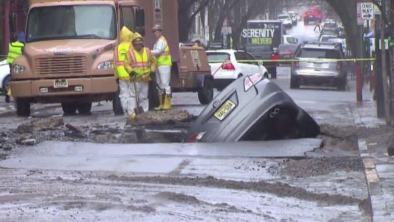 بالفيديو: كسر خط أنابيب مياه رئيسية يحدث فيضانا وحفرة في الأرض بنيو جيرسي