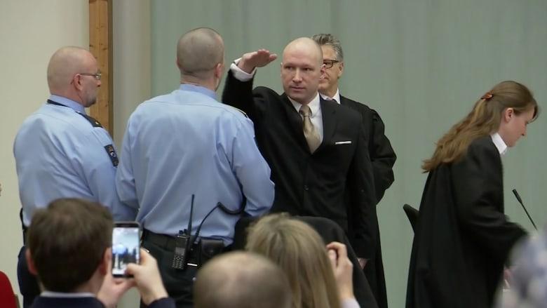 شاهد.. إرهابي نرويجي يؤدي التحية النازية لدى دخوله المحكمة