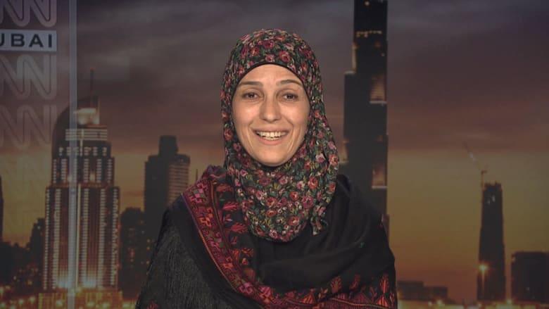 شاهد.. هذا ما قالته معلمة فلسطينية بعد فوزها بمليون دولار وجائزة أفضل معلم في العالم