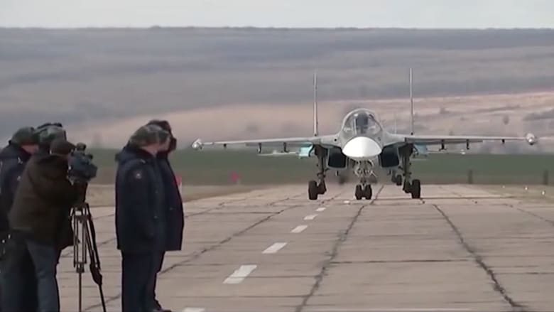 """شاهد.. استقبال قاذفات """"سوخوي 34"""" لدى وصولها منطقة """"فورونيغ"""" الروسية"""