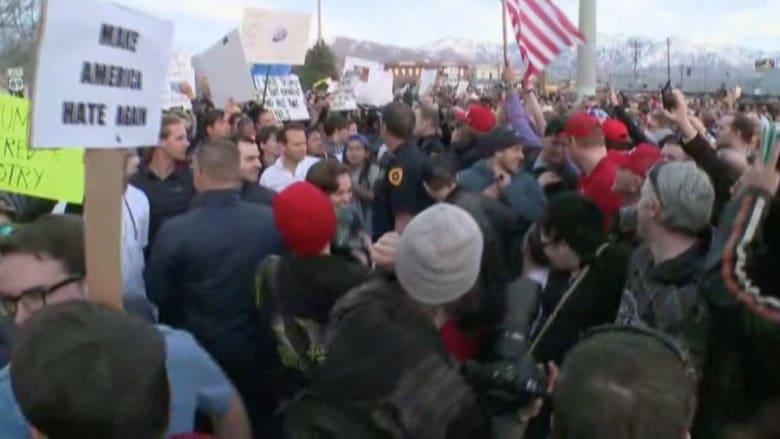 بالفيديو: متظاهرون يغلقون الطريق بسياراتهم لمنع موكب ترامب