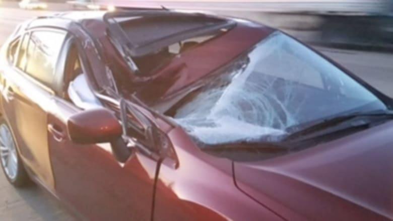 بالفيديو: إطار شاحنة طائش يحطم سيارة على الطريق السريع.. لن تتوقع ماذا حدث للسائق!