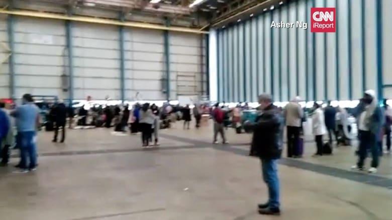 شاهد بعد الهجمات الدامية.. مسافرون يتكدسون في حظيرة الطائرات في مطار بروكسيل