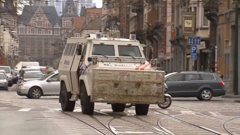 """بالفيديو: محققون يعثرون على قنابل ومواد كيماوية وعلم لـ """"داعش"""" خلال مداهمة بضواحي بروكسيل"""