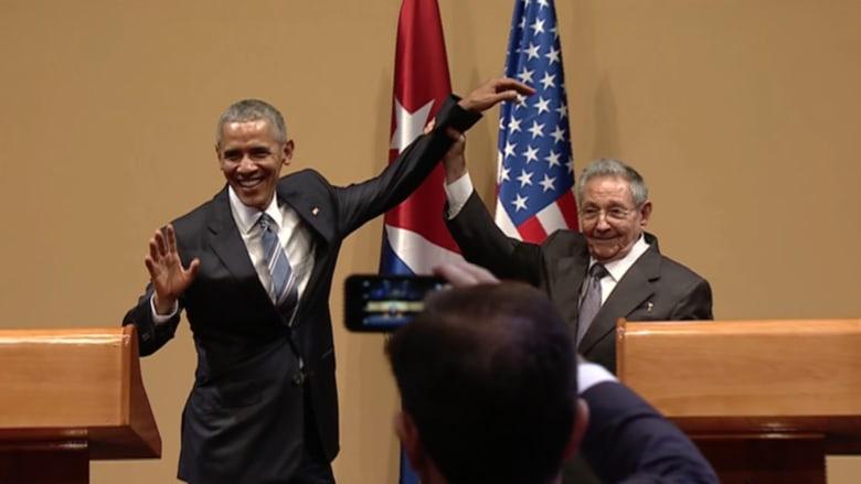 بالفيديو: لماذا رفع كاسترو ذراع أوباما في نهاية المؤتمر الصحفي المشترك؟