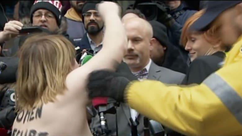 بالفيديو: تبرئة مذيع سابق من تهم جنسية على الهواء.. وردة فعل مفاجئة من سيدة!
