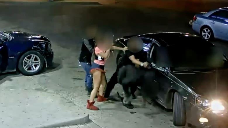 شاهد.. المفاجأة التي خبأتها هذه الفتاة بملابسها الداخلية خلال عراك بين مجرمين