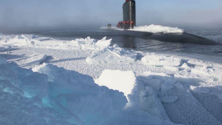 """شاهد.. غواصة """"نووية"""" أمريكية تشق طريقها وسط جليد القطب الشمالي"""
