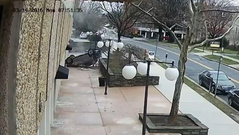 """شاهد.. شابة تسقط بسيارتها من الطابق الرابع.. ومادونا تضع لافتات مزيفة تمنع """"الوقوف"""" أمام منزلها"""