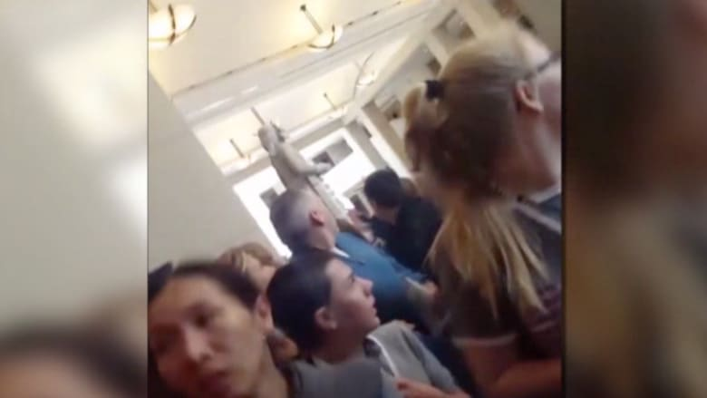 شاهد.. لحظات الهلع بين زوار مبنى الكونغرس بعد الإعلان عن حادثة إطلاق النار