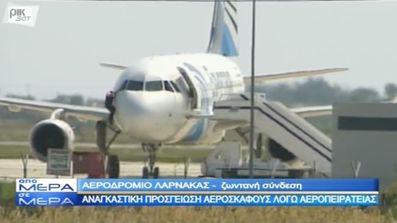 شاهد.. لحظة خروج شخص من نافذة الطائرة المصرية المخطوفة