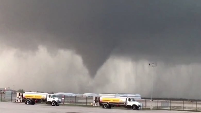 شاهد.. إعصار مرعب يقترب من مطار في أوكلاهوما