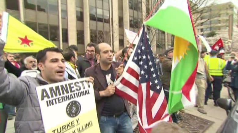 """بالفيديو: احتجاجات مؤيدة ومعارضة للرئيس التركي في واشنطن.. ومتظاهرون يهتفون: """"إرهابي"""""""