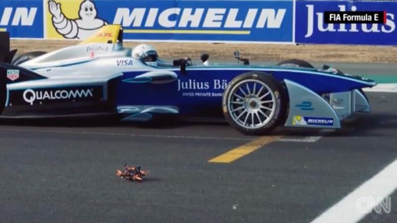 """بالفيديو: سباق بين سيارة """"فورمولا إي"""" وطائرة بدون طيار.. فمن الفائز؟"""
