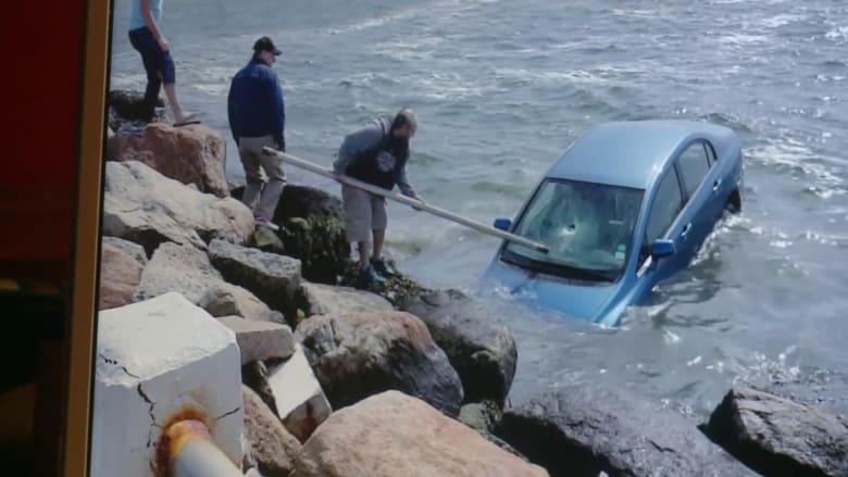 شاهد.. انقاذ سيدة في اللحظات الأخيرة بعدما سقطت سيارتها في المياه