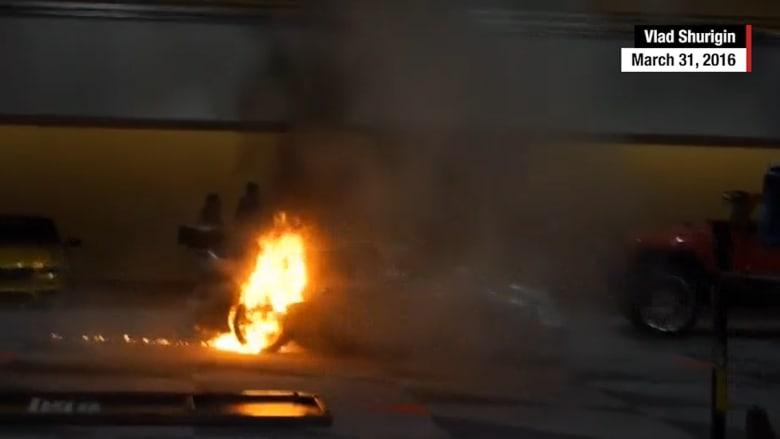 شاهد..  سيارة بورشه فارهة تحترق أثناء معرض للسيارات في نيويورك