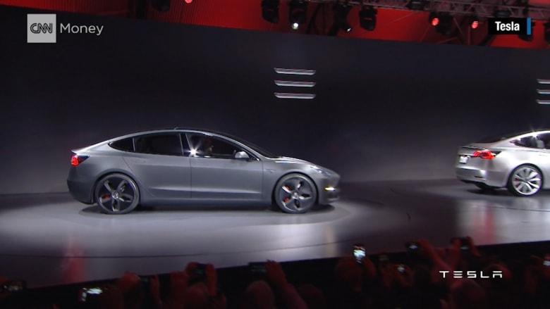 """بالفيديو: تعرف على """"تيسلا موديل 3"""".. أول سيارة كهربائية للإنتاج الضخم بـ 35 ألف دولار"""