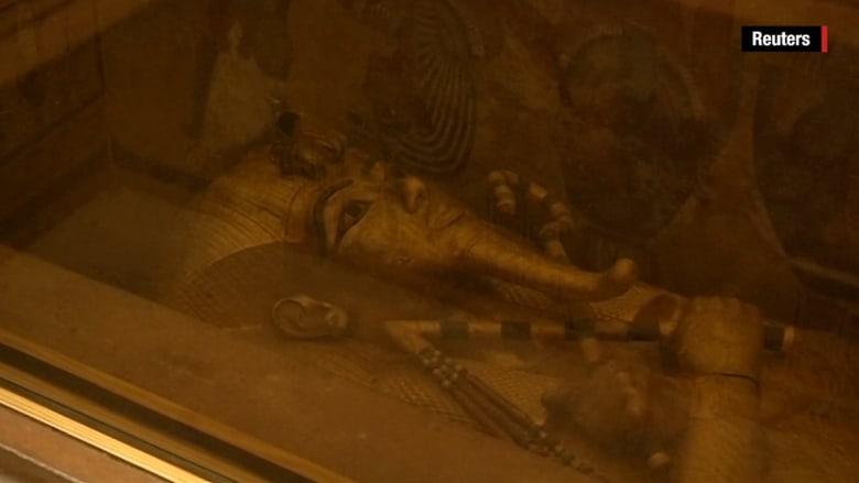 بالفيديو: خبراء يكتشفون حجرة سرية وراء قبر توت عنخ أمون.. هل تتكشف أسرار جديدة؟
