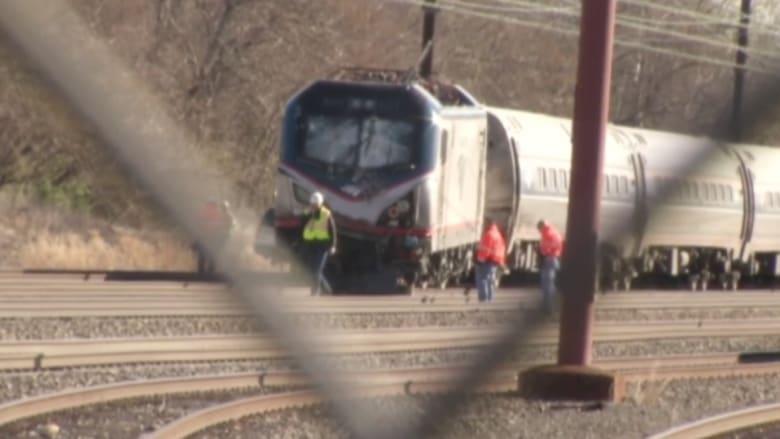 بالفيديو: مقتل شخصين وإصابة أكثر من 30 إثر اصطدام قطار بجرافة وانحرافه عن القضبان في أمريكا