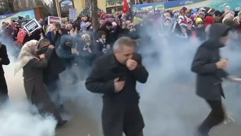 بالفيديو: اشتباكات بين متظاهرين والشرطة التركية بعد فرض الوصاية على أبرز صحف المعارضة