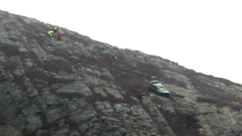 بالفيديو: إنقاذ شابة سقطت سيارتها من على هاوية بجبل في كندا