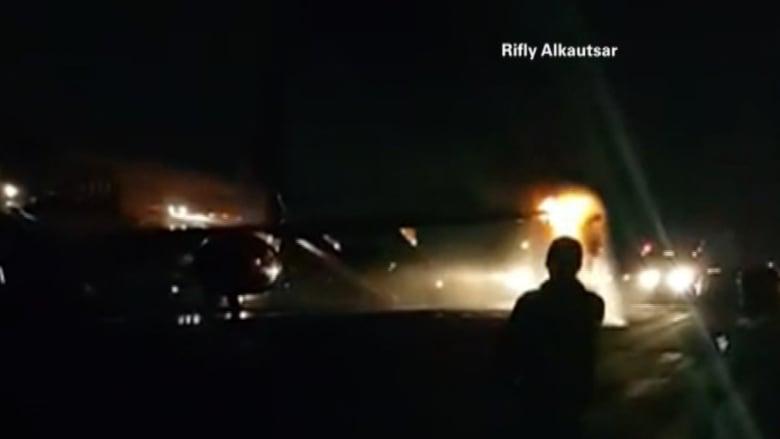 مشهد مرعب.. تصادم بين طائرتين على مدرج مطار في إندونيسيا