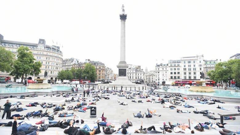 """بالصور.. نشطاء يتداولون صورا لإحياء ذكرى """"رابعة"""" في ساحة الطرف الأغر ببريطانيا"""