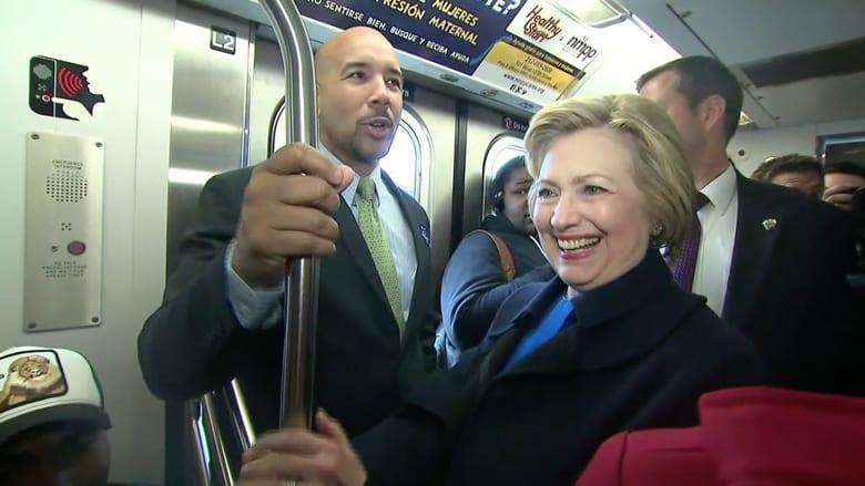 شاهد..هيلاري كلينتون تفاجئ ركاب مترو أنفاق نيويورك