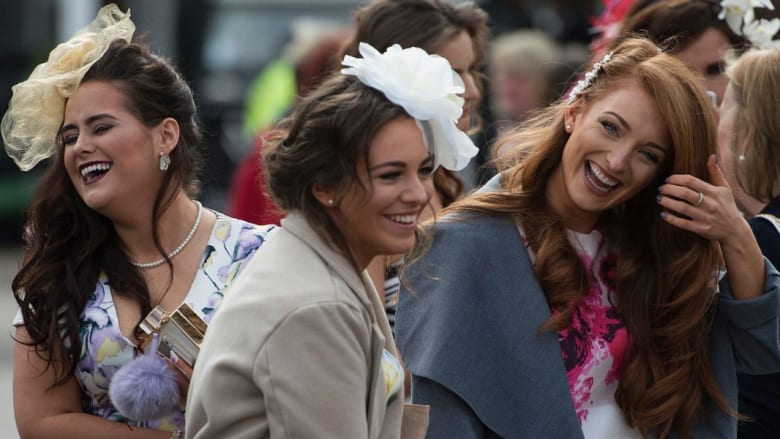 """""""يوم السيدات"""" في أشهر سباق خيل في بريطانيا.. قبعات وأزياء وتألق بلا حدود"""