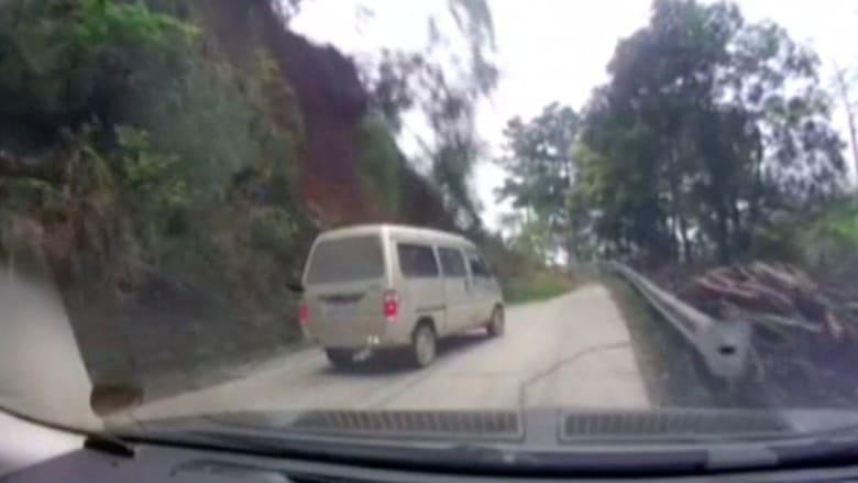 شاهد.. سيارة توقفت قبل ثوان من إنهيار أطنان من الصخور