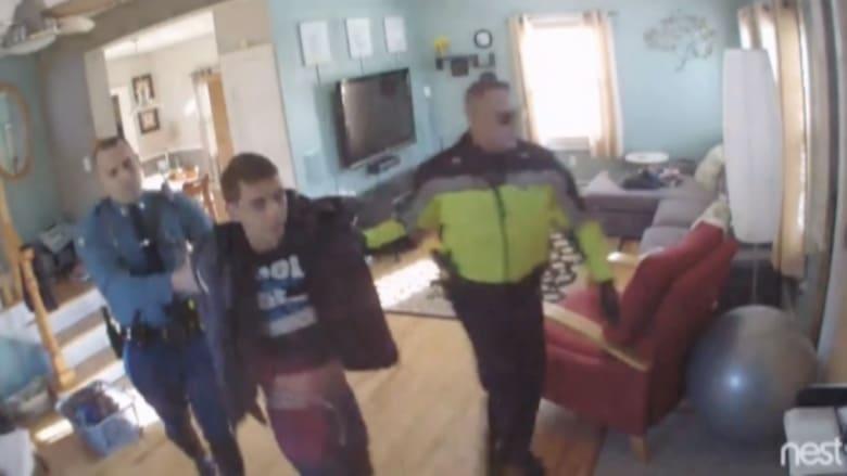 بالفيديو: أمريكي يشاهد بثاً مباشراً لمحاولة سرقة منزله.. ويطارد اللصوص مع الشرطة