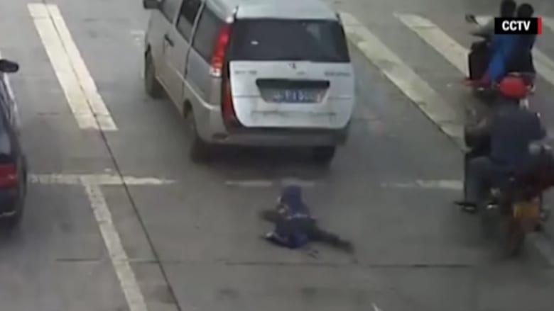 بالفيديو: طفل ينجو من الموت بأعجوبة بعد سقوطه من سيارة متحركة تحت سيارة أخرى