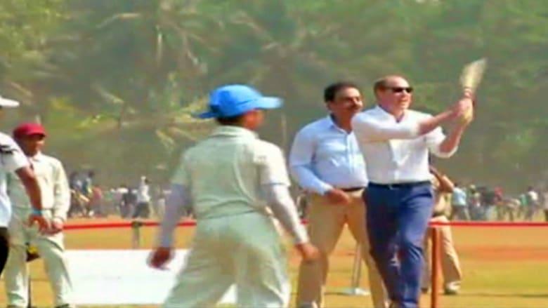 بالفيديو: الأمير وليام وكاثرين يلعبان الكريكيت مع أطفال الأحياء الفقيرة في مومباي