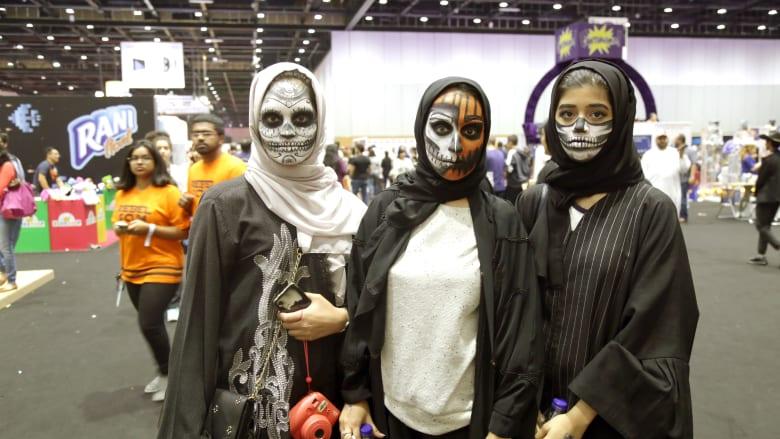 """تفضل إلى معرض """"كوميك-كون"""" الشرق الأوسط... حيث يواجه """"الفزع"""" فنون الخيال والمرح في دبي"""