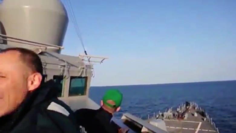 """شاهد.. مقاتلات روسية تحلق على ارتفاع منخفض جداً فوق مدمرة أمريكية بطريقة """"هجومية"""""""
