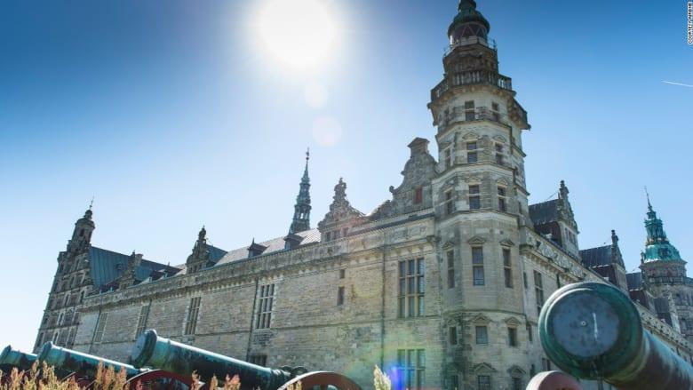 """إقامة ملكية ووليمة عشاء مع المشاهير في قلعة """"هاملت"""" شكسبير"""