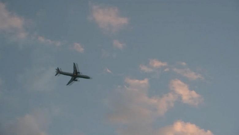 مفاجأة مخيفة.. سلم طوارىء يسقط من طائرة عملاقة فوق منزل سكني